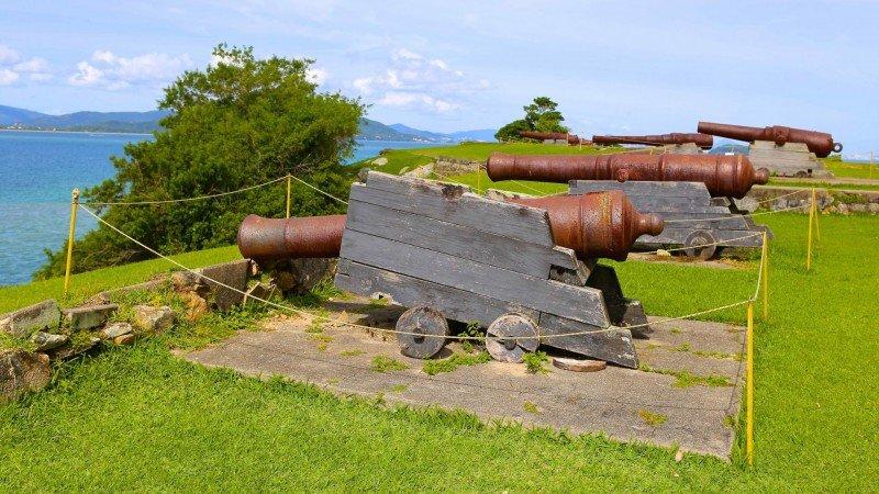 Ilha de Anhatomirim historia forte de santa cruz passeio de barco dicas viagem Florianópolis Santa Catarina pontos turisticos praias ilhas hotel o que fazer