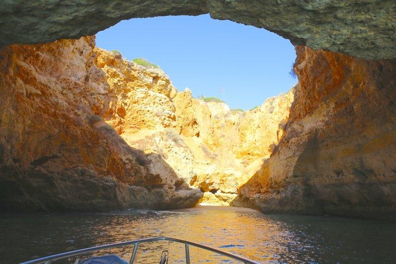 passeio de barco pelas grutas de Lagoa