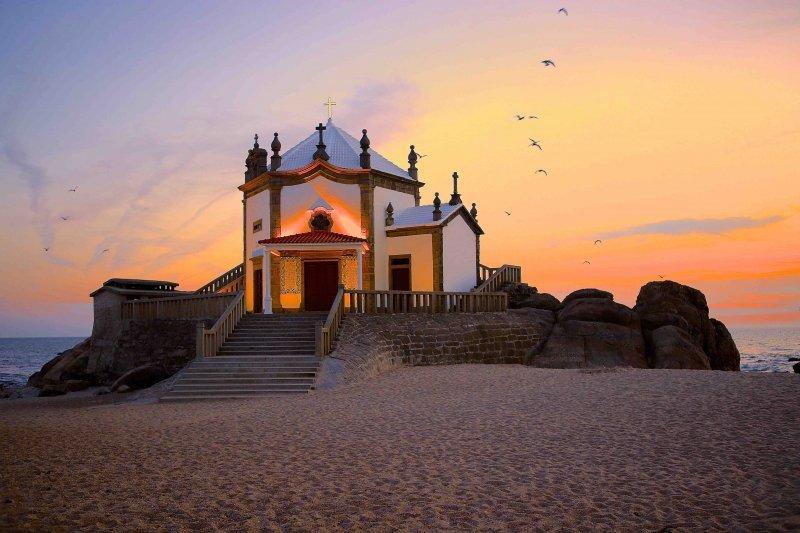 Capelas em Portugal à beira mar